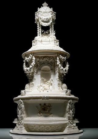 свадебный торт с колоннами в королевском стиле