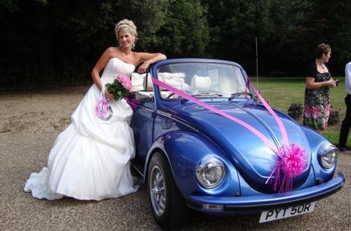 свадебный автомобиль с розовой лентой