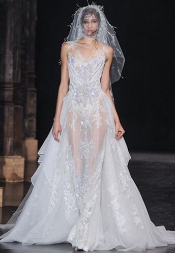 Basil Soda представил полупрозрачное платье, украшенное кружевами и стразами: свадебное