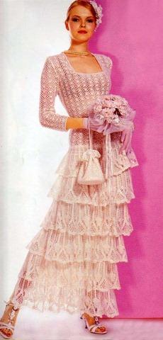 Это вязаное свадебное платье прекрасно подойдет романтичным девушкам, которые ценят утонченность и элегантность. А дополнит образ невесты маленькая