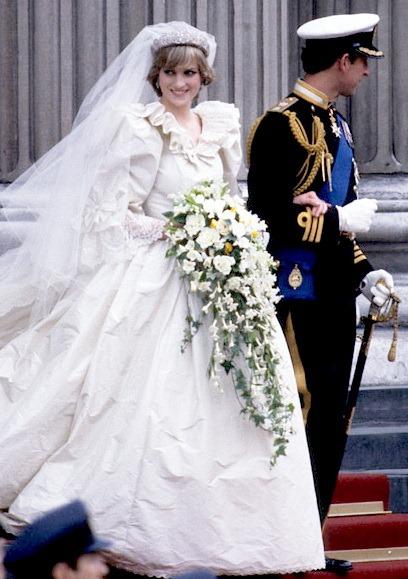 Свадебный букет и стиль свадебного платья | Дом невест