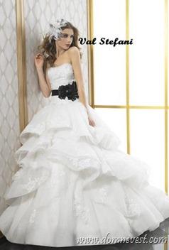 белое платье с черным поясом