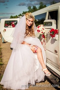 красные детали в образе невесты