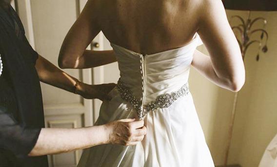 примерка свадебного платья в салоне
