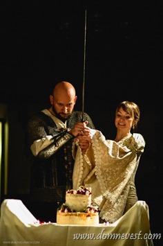 разрезание торта мечом