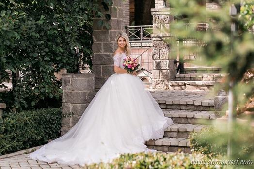 невеста в платье со шлейфом