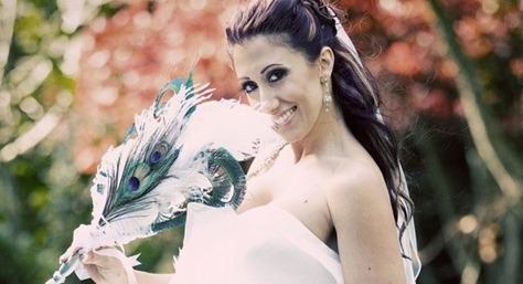 невеста с букетом с перьями павлина