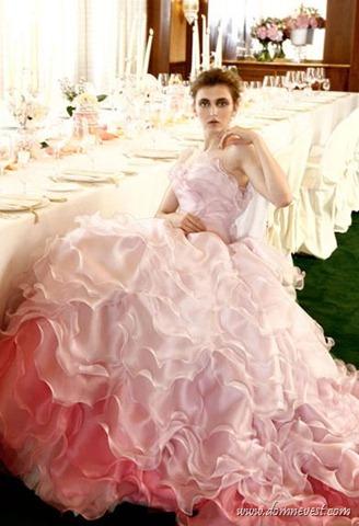 Нежно-розовый цвет свадебного платья подойдет романтичным и утонченным невестам. Он поможет сделать мягче черты лица, а внешность невесты превратит в более