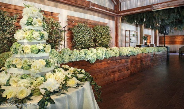 как сэкономить на украшении свадьбы цветами