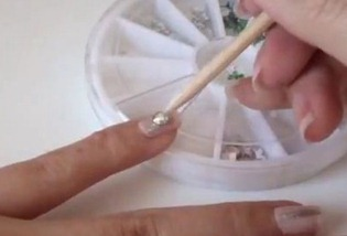 как наклеить стразы на ногти