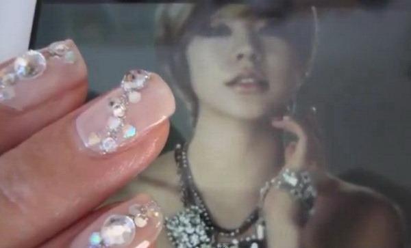 свадебный дизайн ногтей со стразами.