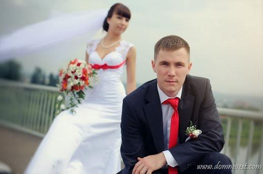 жених и невеста на свадьбе в красном цвете