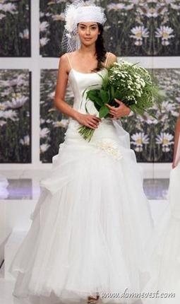 свадебное платье и букет с ромашками