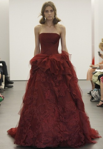 Красные свадебные платья от Vera Wang 2013, несомненно, еще долгое время будут вызывать к себе интерес, ведь они очень отличаются от традиционных моделей