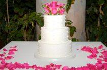Зарубежные специалисты советуют отказаться от живых цветов на свадебном торте