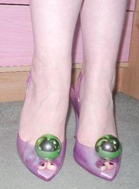 пластиковые туфли с шарами