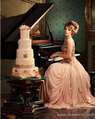 персиковое свадебное платье и торт