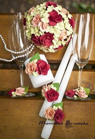 Свадебные бокалы и свечи с цветами из полимерной глины